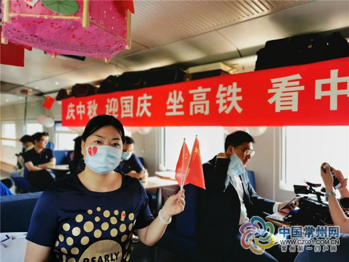 """坐着高铁看中国:""""全国最美抗疫家庭""""与武汉""""亲人""""见面圆梦  走遍大好河山,聆听中国故事。10月1日,央视携手国铁集团启动""""坐着高铁看中国""""8天系列主题宣传活动。首日,三趟高铁从北京、上海、广州三地开往武"""