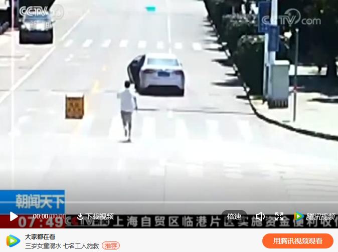 失控轿车冲向路口,他赤着脚追了上去……