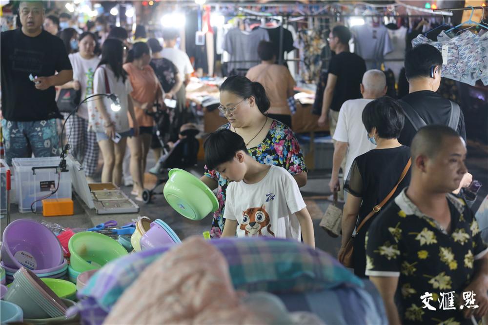 地摊经济上线 南京丹凤街夜市红火有序