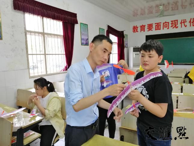 """农村小学任教20余年的他,荣获""""典赞·2020科普中国""""十大科学传播人物"""
