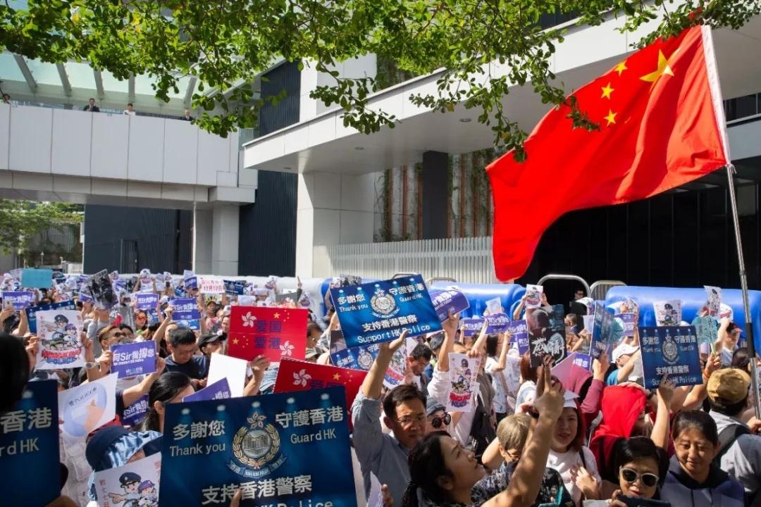 这才是周末该干的事!香港万人撑警向暴力说不